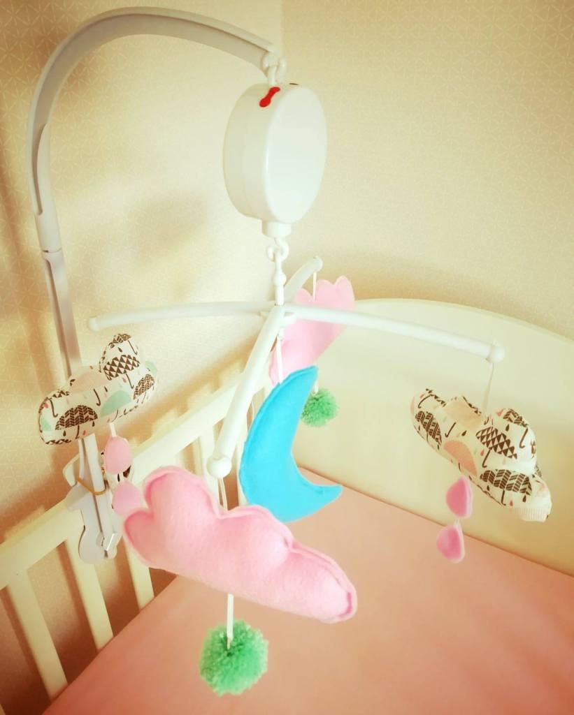 Mobile musical DIY pour chambre de bébé, thème nuage, lune, pluie, tissus, laine et feutrine