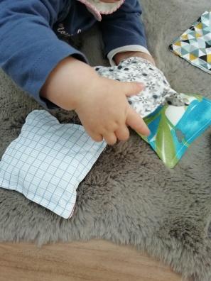 manipulation sacs sensoriels Montessori